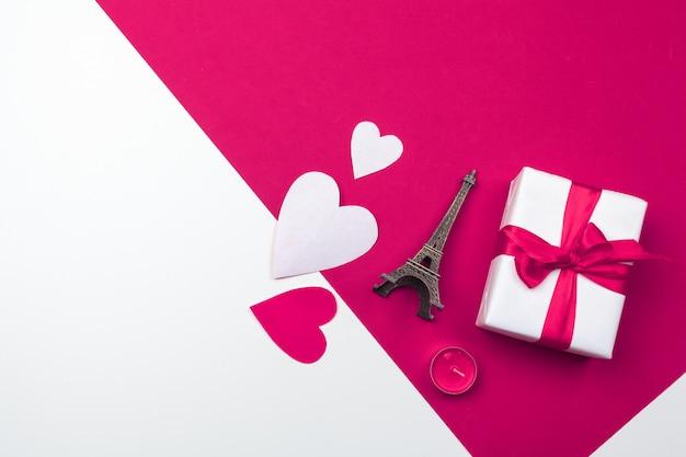 Confezione regalo, cuori di carta rossa. san valentino amore. copia spazio, disteso Foto Premium