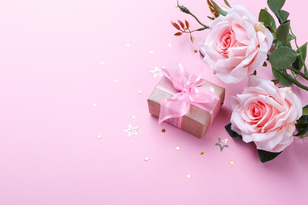 Confezione regalo e rose rosa Foto Premium