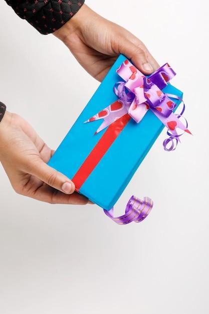 Confezione regalo in mano Foto Premium