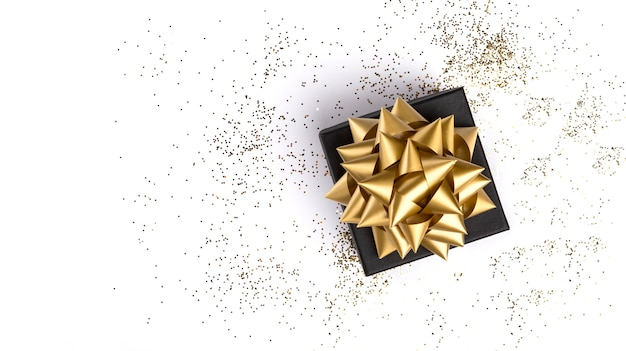 Confezione regalo su sfondo bianco festivo Foto Premium