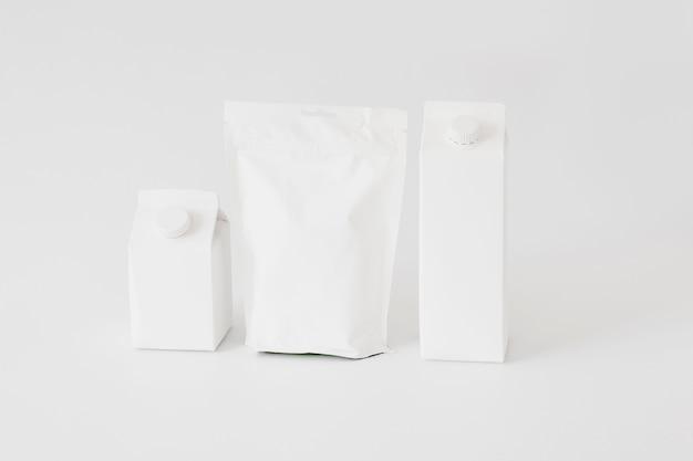 Confezioni di cartone e carta e bottiglie per prodotti caseari Foto Gratuite