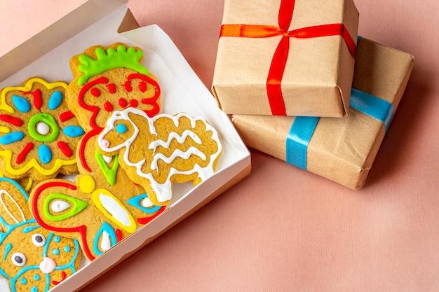 Confezioni regalo e biscotti di panpepato dipinti fatti in casa per la festa di compleanno Foto Premium