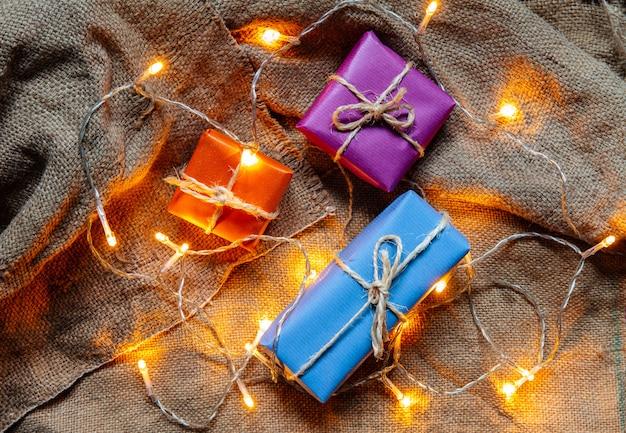 Confezioni regalo e lampadine Foto Premium