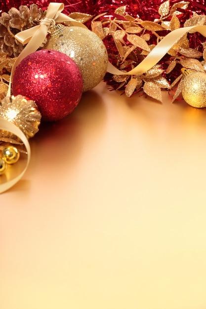 Confine di natale con palline rosse e dorate Foto Gratuite