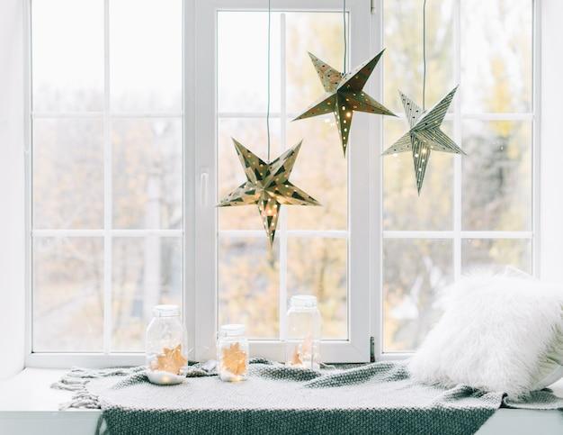 Decorazione Finestre Per Natale : Confortevole posto decorato per sdraiarsi vicino alla finestra