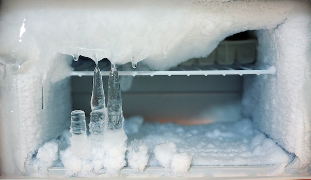 Congelatore di ghiaccio ghiacciato in frigorifero Foto Premium