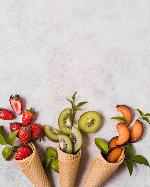 Coni gelato con frutta fresca Foto Gratuite