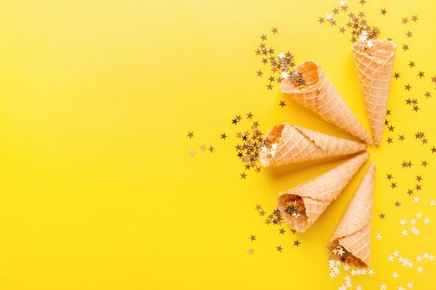 Coni gelato con stelle dorate Foto Premium
