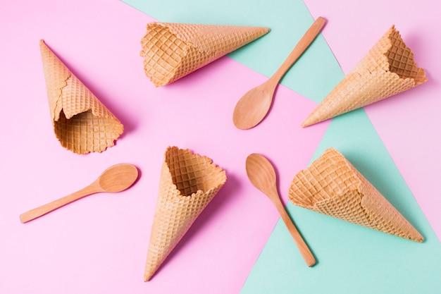 Coni gelato vista dall'alto e cucchiai di legno Foto Gratuite