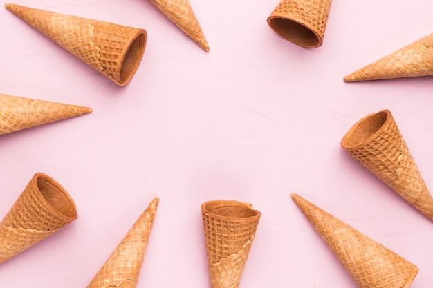 Coni gelato vuoto della cialda di estate su fondo rosa Foto Gratuite