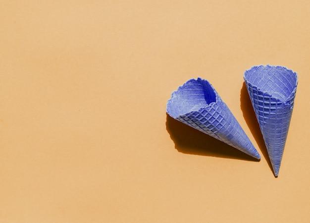 Coni vuoti della cialda del gelato su fondo leggero Foto Gratuite