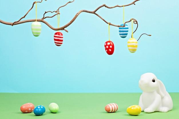 Coniglietti pasquali su sfondo pastello Foto Premium