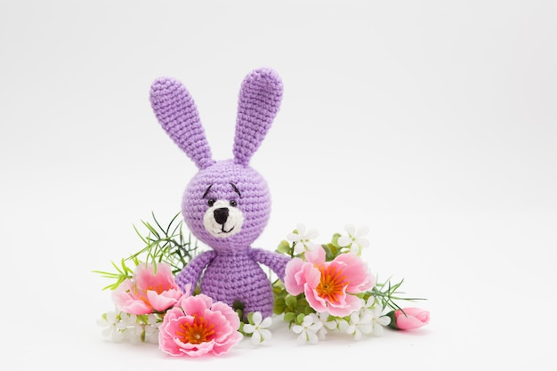 Coniglietto decorato a mano in lana, fiori, fatto a mano, amigurumi Foto Premium