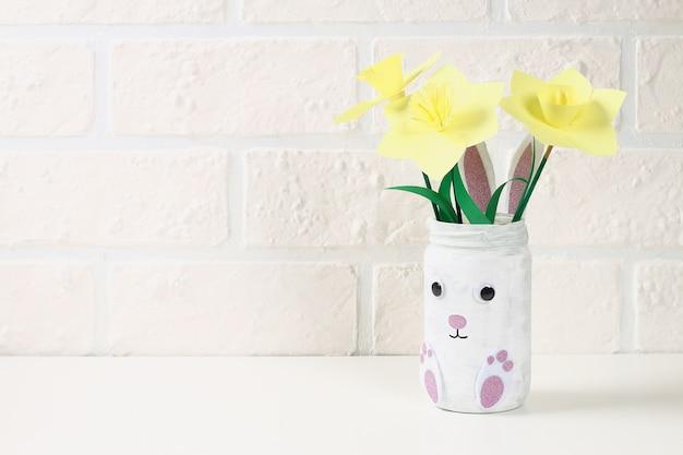 Coniglietto del vaso di pasqua di diy dal barattolo di vetro, feltro, occhi googly su una priorità bassa verde Foto Premium