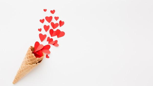Cono gelato con forme di cuore di carta e copia spazio Foto Gratuite