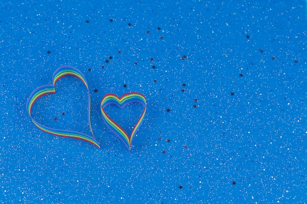 Consapevolezza del nastro arcobaleno per la comunità lgbt a forma di cuore Foto Premium