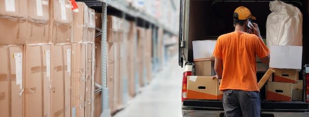 Consegna del prodotto al cliente dal magazzino logistico Foto Premium