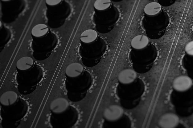 Console del mixer audio audio. banco di missaggio del suono. pannello di controllo del mixer musicale in studio di registrazione. console di missaggio audio e manopola di regolazione. ingegnere del suono. trasmissione radio di controllo del mixer audio. Foto Premium