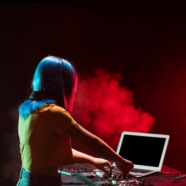 Console di mixaggio audio donna dj ad alto angolo Foto Gratuite