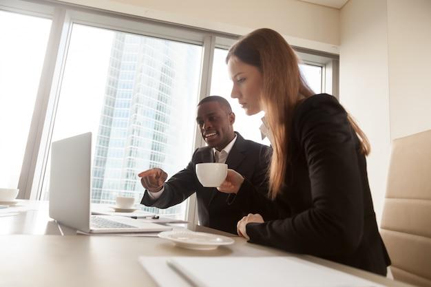 Consulente finanziario nero che spiega i dettagli del contratto Foto Gratuite