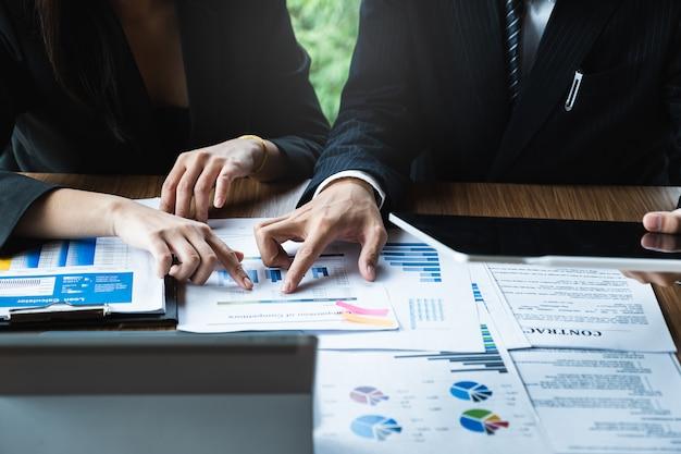 Consultazione del team dei gestori di fondi e discussione sull'analisi del mercato azionario. Foto Premium