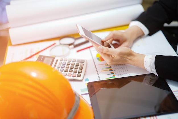 Contabilità di progetto di lavoro della donna dell'ingegnere o dell'architetto in ufficio. Foto Premium
