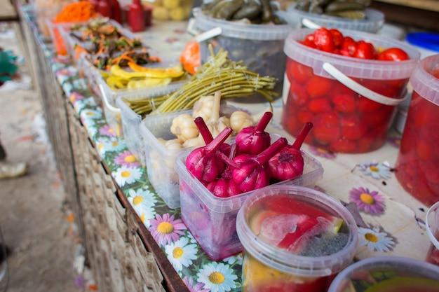 Contatore con verdure fermentate nel mercato in russia Foto Premium