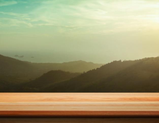 Contatore da tavolo con picco di montagna sfocato - ben utilizzato per presentare e promuovere i prodotti. Foto Gratuite