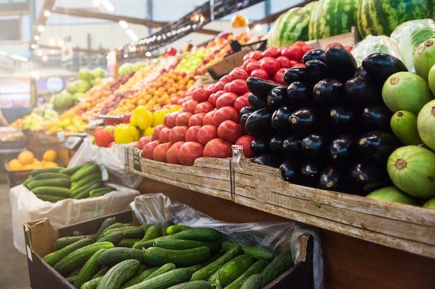 Contatore del mercato degli agricoltori vegetali Foto Premium