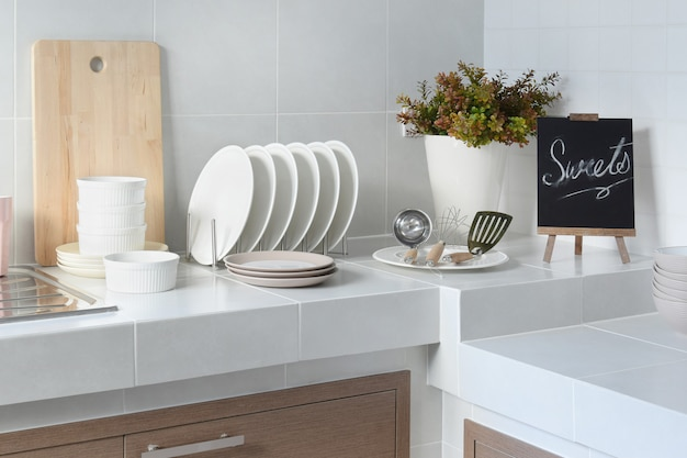 Contatore pulito bianco in cucina con utensili a casa Foto Premium