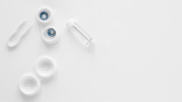 Contatti oculari su fondo bianco con lo spazio della copia Foto Gratuite