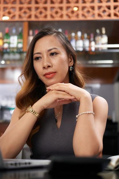 Contemplando il proprietario del ristorante Foto Gratuite