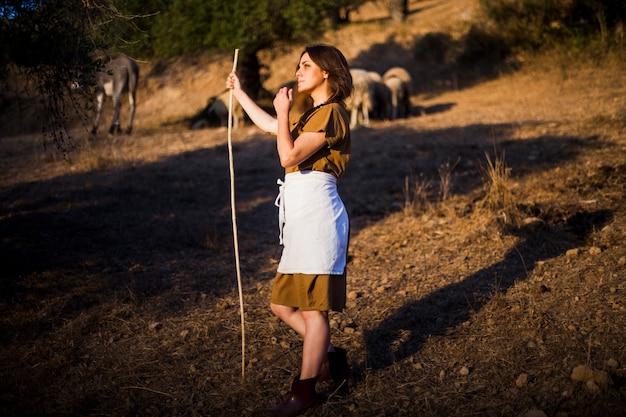 Contemplato agricoltore femminile in piedi nel campo Foto Gratuite
