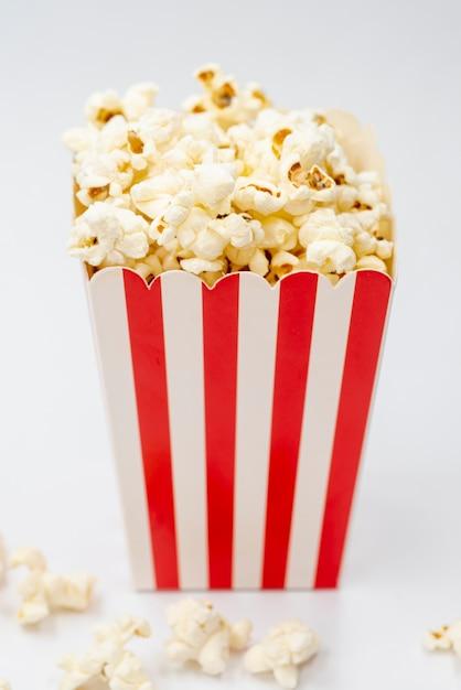 Contenitore di popcorn del primo piano con fondo bianco Foto Gratuite