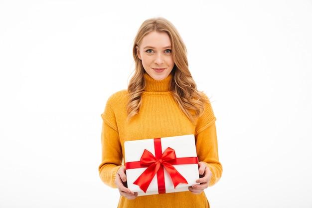 Contenitore di regalo allegro sveglio della tenuta della giovane donna. Foto Gratuite