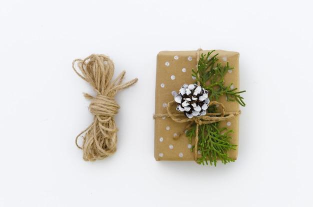 Contenitore di regalo avvolto in carta riciclata marrone e vista superiore corda legata sacco isolato Foto Premium
