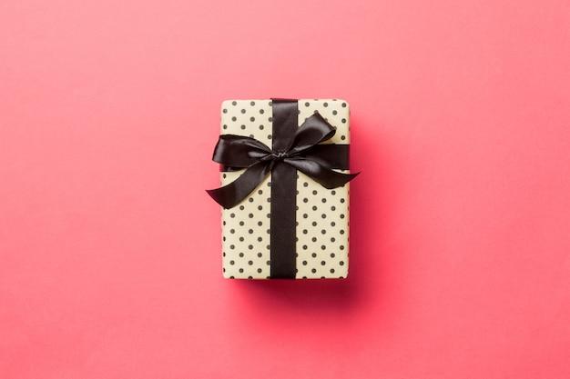 Contenitore di regalo del biglietto di s. valentino sulla vista colorata e superiore Foto Premium