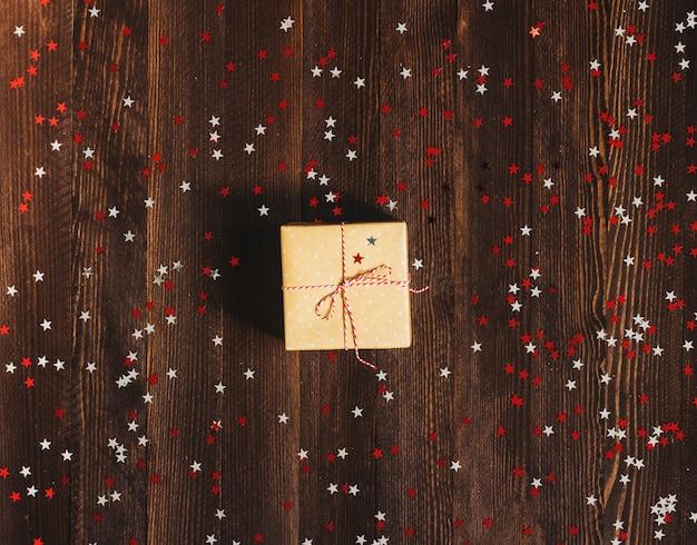 Contenitore di regalo di festa di natale sul tavolo festivo decorato Foto Gratuite