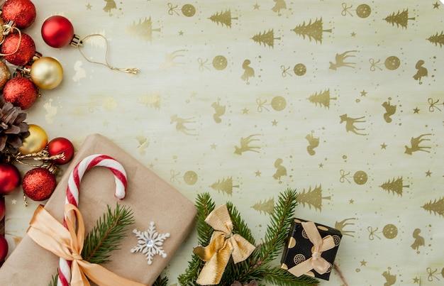 Contenitore di regalo di natale, decorazione dell'alimento e ramo di abete sulla tavola di legno. vista dall'alto con copyspace Foto Premium
