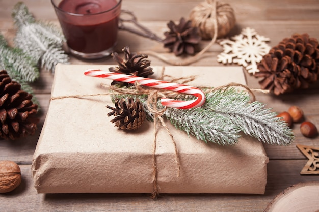 Contenitore di regalo e decorazione di natale sulla tavola di legno. Foto Premium