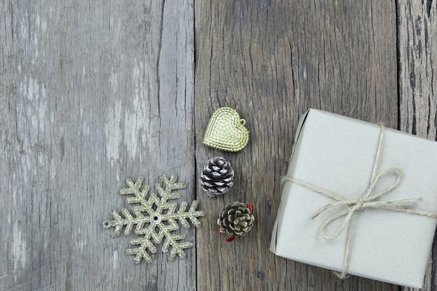 Contenitore di regalo marrone sul pavimento di legno e ha lo spazio della copia. Foto Premium