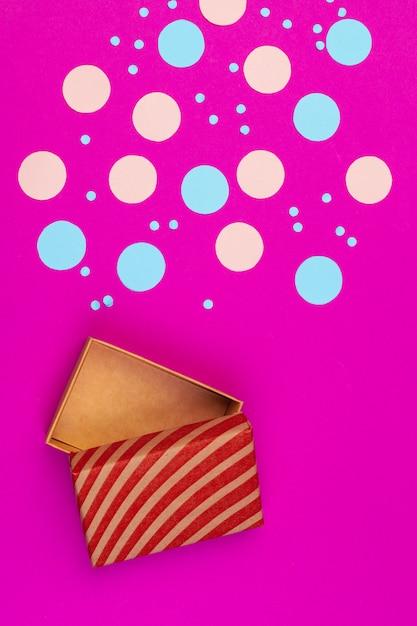 Contenitore di regalo sulla vista superiore del fondo di colore Foto Premium