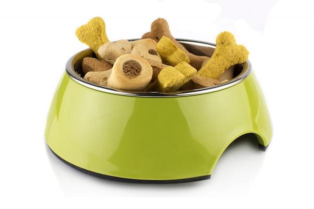 Contenitore per alimenti in metacrilato con ciotola verde per cane o gatto con alimenti. isolato su sfondo bianco Foto Premium