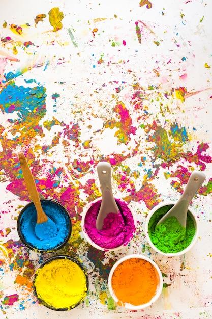 Contenitori con cucchiai e diversi colori secchi brillanti Foto Gratuite