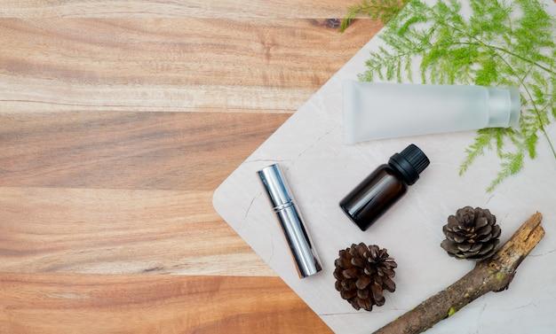 Contenitori di bottiglia di cosmetici naturali su sfondo di carta colorata Foto Premium