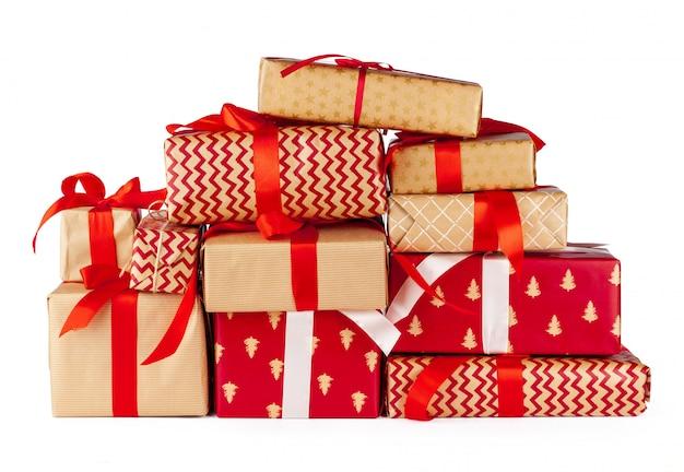 Contenitori di regalo avvolti in carta del mestiere isolata su fondo bianco Foto Premium