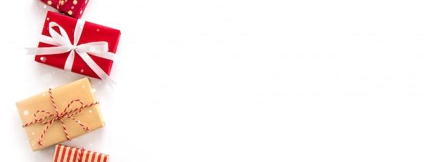 Contenitori di regalo della festa del nuovo anno e di natale su fondo bianco Foto Premium