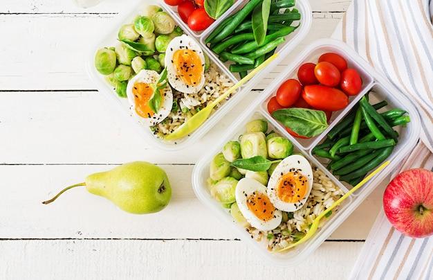 Contenitori sani della preparazione del pasto verde con la frutta e la verdura Foto Premium