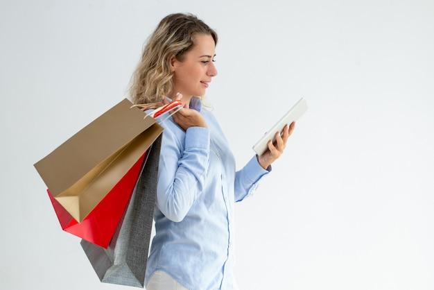 Content shopper femminile che controlla il cashback Foto Gratuite