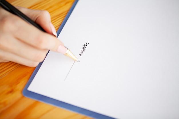Contratto di firma del cliente, condizioni concordate e domanda approvata e analisi del mutuo per la casa di valutazione, incontro con il lavoratore della banca o l'agente immobiliare Foto Premium